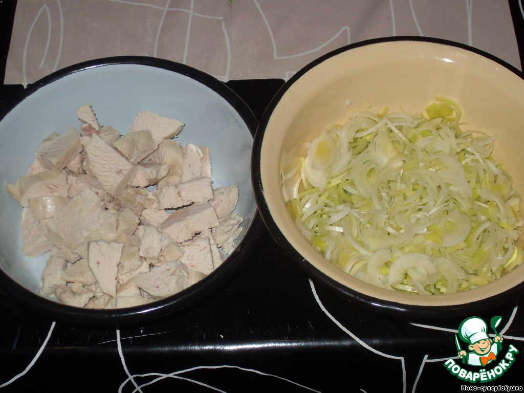 Порей вымыть и нарезать небольшими кусочками или полуколечками. Грудку отварить и тоже нарезать кусочками. Рис очень тщательно промыть несколько раз.