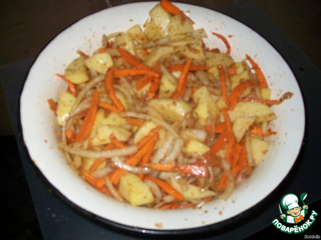 Картошку нарезать, как хотите, но только не тонкой соломкой. Иначе велика вероятность того, что она в кашу превратится, а нам этого не надо. Лук режем тонкими полукольцами. Морковку - длинными брусочками, так просто покрасивее получится. Помидор натереть на терке и добавить к картофелю. Он придаст сочности, компенсируя количество масла. Все сложить в миску. Добавить приправу. Если приправа с солью, то солить больше и не надо. Дальше добавить масло растительное. На килограмм картофеля у меня идет ровно одна столовая ложка всего. Этого достаточно. Если бы жарили на сковородке, то таким количеством вряд ли бы обошлись. Перемешать.