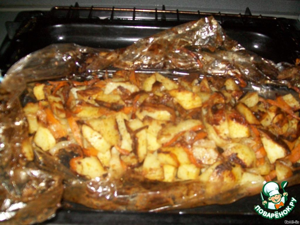 Картошечка готова, разрезаем пленку, вот посмотрите какая красивая.