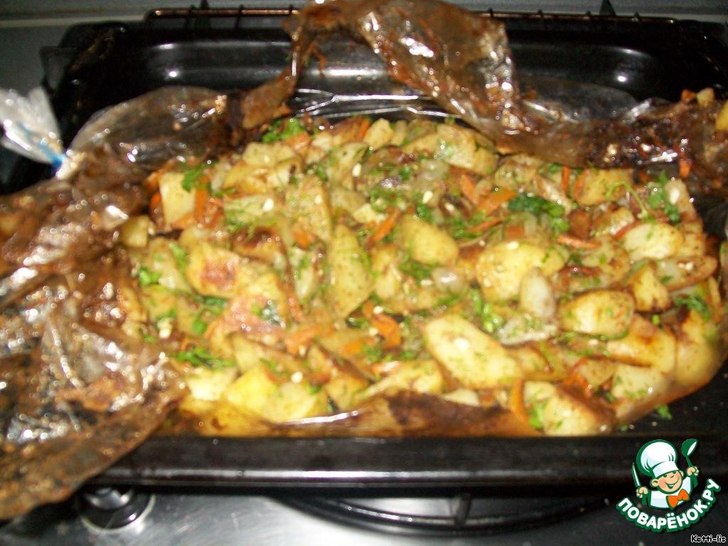 Дальше нарезаем меленько зелень и чесночок, добавляем к картошке, прикрываем пленкой и пускай настоится и пропитается ароматами минут пять.
