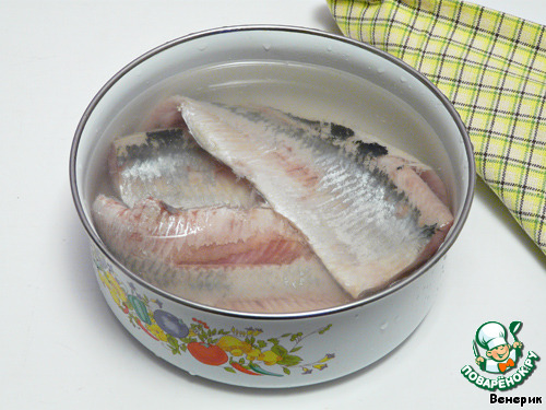 Замочить филе в солёной воде (примерно на литр воды - 1-1,5 ст. л. соли) на 1-2 часа.