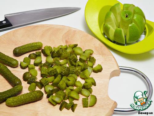 Маринованные огурцы и яблоко нарезать кубиками.