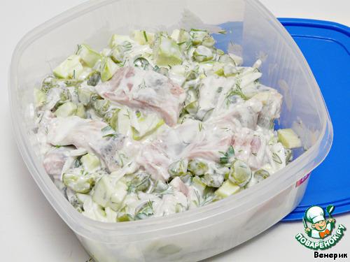 Сложить всё в пластиковый контейнер и поставить в холодильник на 2-3 дня.   Перед тем, как подавать закуску, посыпать зеленью петрушки.