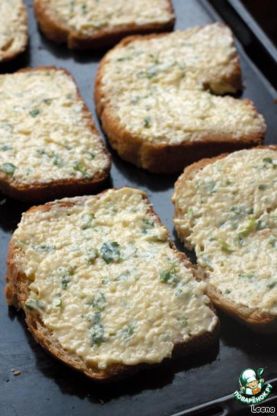 Для хрустящего эффекта хлеб (кирпичик, батон, багет...) нарезаем ломтиками и намазываем мясляно-сырно-чесночной смесью. Густо намазывать не нужно, достаточно слегка.