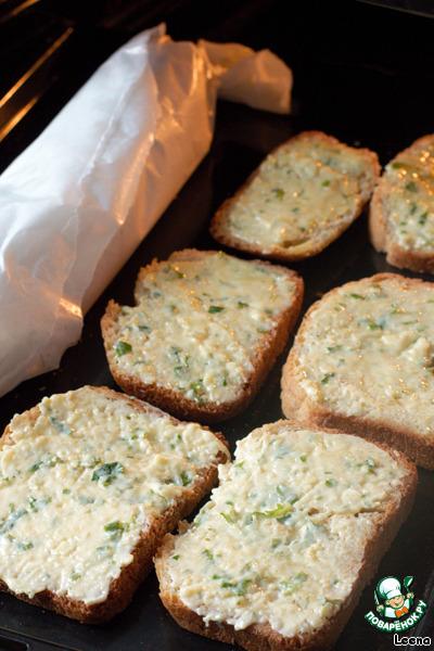 Духовку разогреваем до 180 градусов. Завернутый хлеб и намазанные ломтики выкладываем на противень и запекаем минут 10-15 до румяности.