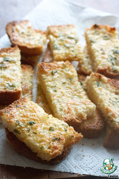 Немного остывшие ломтики нарезаем на небольшие кусочки. Хлеб получается хрустящий, румяный, ароматный! Даже вкуснее обожаемых всеми сырных палочек.