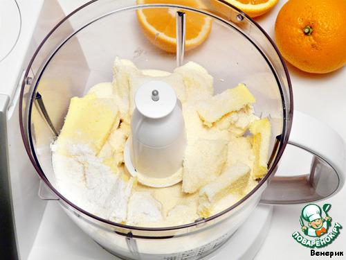 В чаше блендера смешать творог, сливочное масло, сахар, крахмал и манную крупу.