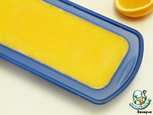 Получившуюся массу вылить в форму для запекания на творожный слой.