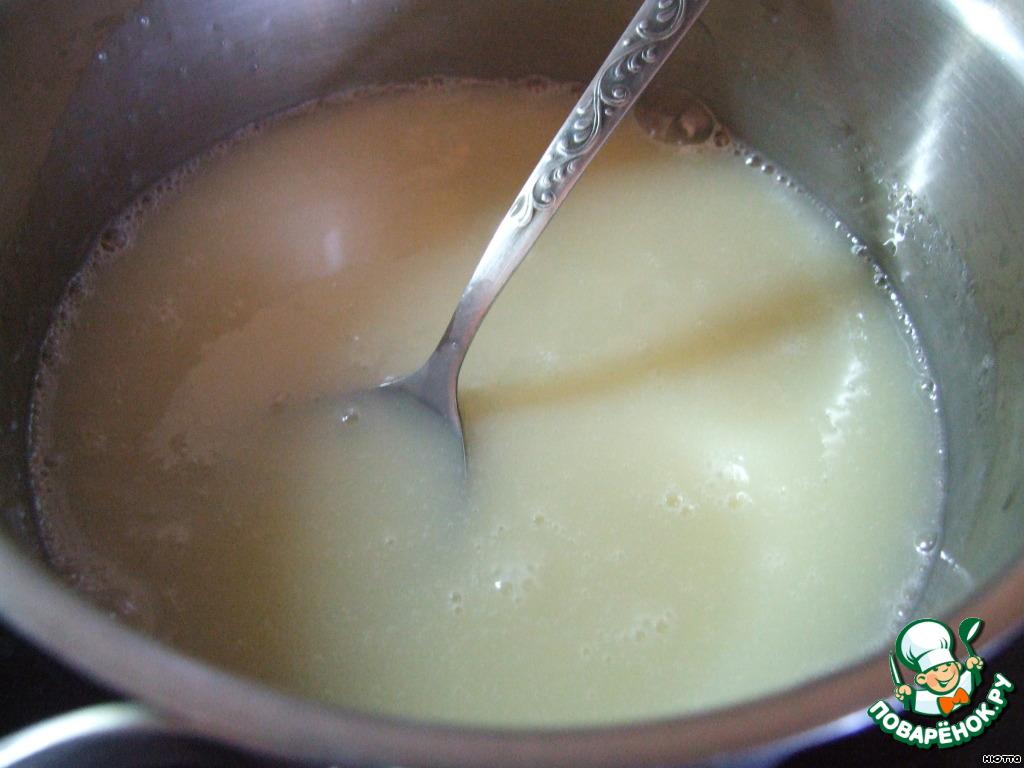 """Ну, а пока остывают наши заготовки, приготовим масляный крем """"Новый"""", для этого в воду всыпать сахар, довести до кипения, уварить сироп под крышкой 5 минут, добавить сгущённое молоко, перемешать, снова довести до кипения и поставить на холод до полного остывания."""