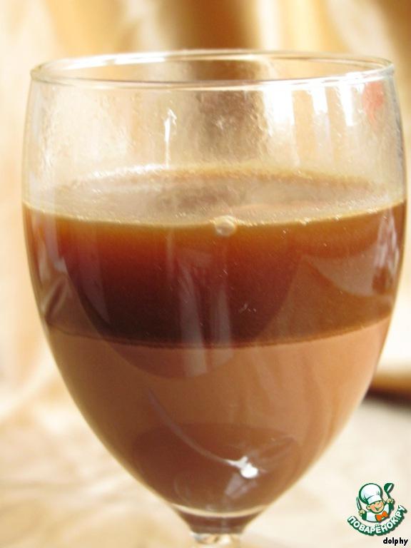 Вторую треть бокала аккуратно заполните кофе. Чтобы слои получились ровными, наливайте кофе по лезвию ножа или по внешней стороне ложки.