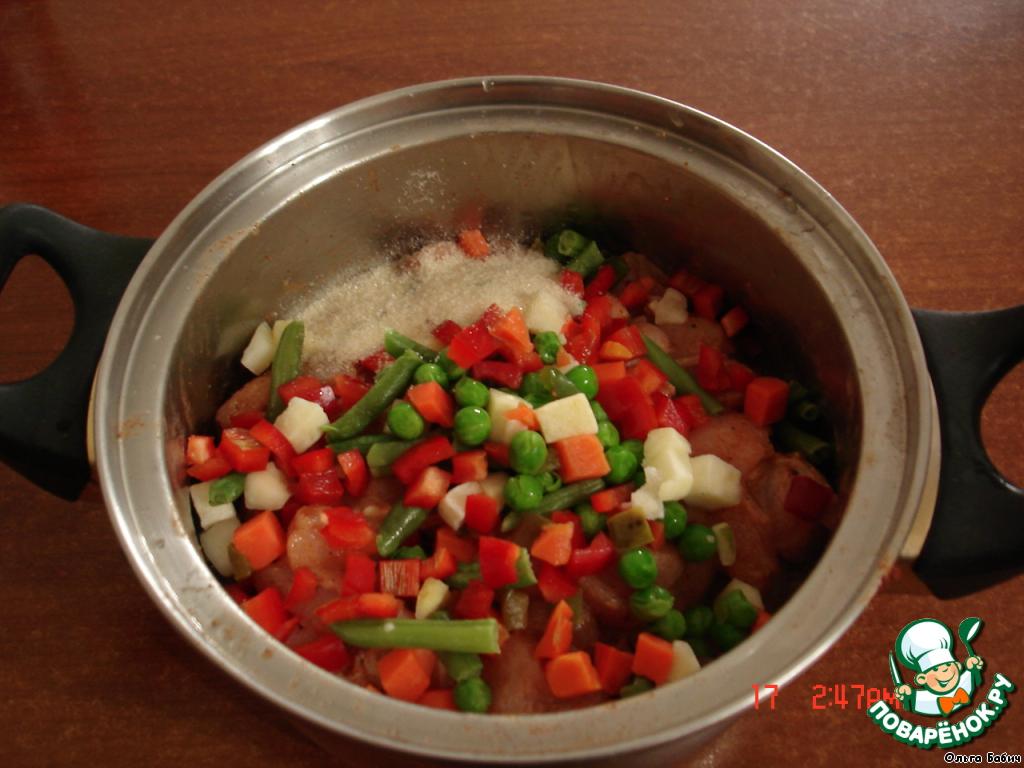 Добавить к мясу овощи (предварительно разморозить, отжать) и желатин.   Хорошо перемешать. Сложить в рукав для запекания.    Поставить запекаться в предварительно разогретую духовку при 200 град. на 30-40 мин.