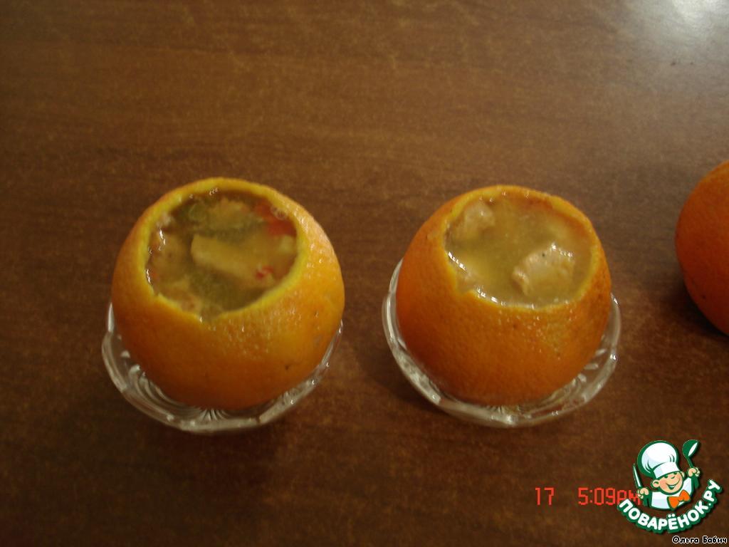 Поставить апельсины в формочки (для удобства переноски в холодильник)   Сложить в апельсины мясо с овошами, залить соком, который образовался при запекании.
