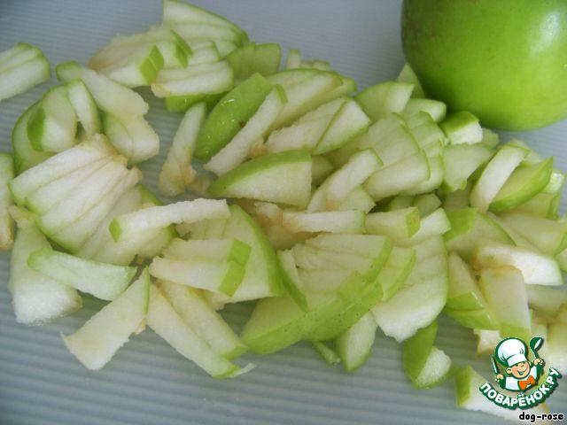 Яблоко режем, кусочки сбрызгиваем лимонным соком с водой, чтобы не темнели.
