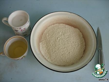 В чуть теплой воде развести дрожжи, добавить сахар и щепотку соли. В миску насыпать половину муки. Постепенно порциями добавлять разведенные дрожжи, подсолнечное масло, муку и рубить ножом, таким образом вымешивая тесто. Тесто подходит во время замешивания и разделки.