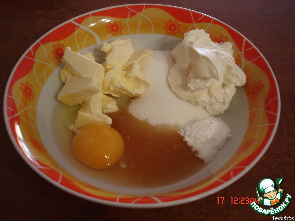 Смешать размягченное сливочное масло (100 г), 1 яйцо, мед, сахар (100 г), сметану, разрыхлитель.