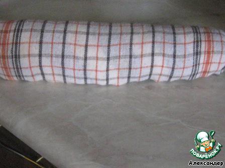 По готовности достаем из духовки, выкладываем на приготовленное влажное полотенце, снимаем пергамент и сворачиваем вместе с полотенцем.