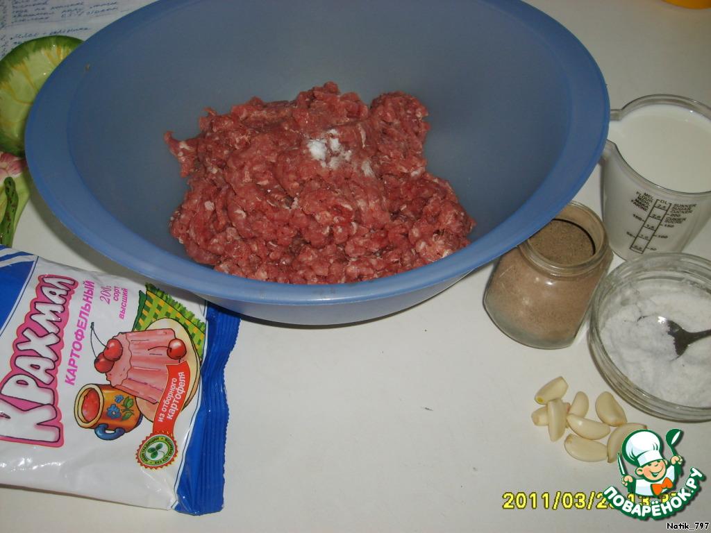 Начнем с приготовления фарша: мясо надо брать свежее, не замороженное, не готовый фарш, а именно мясо. Пропорция примерно 700 г. свинины к 300 г. говядины, можно варьировать + -. Я беру свиную шею (она и не постная и не сильно жирная) и постную говядину. Дважды пропускаем через мелкую мясорубку. На фото необходимые продукты для фарша (я к этому времени мясо уже перемолола).