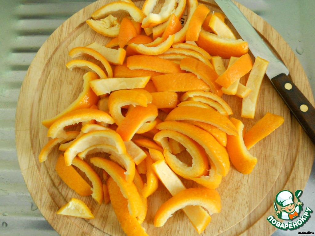 Еще нужно заранее приготовить цукаты из апельсиновых корок. Для этого очищаем 2 апельсина, кожуру вымачиваем в холодной воде в течение 2-х дней, меняя воду не реже 2-х раз в день. Кожуру нарезаем полосками. Готовим сироп из четверти стакана воды и половины стакана сахара с добавлением небольшого количества лимонного сока или кислоты. Варим наши цукаты в сиропе до полного впитывания. Затем их высушиваем. Нарезаем небольшими кубиками примерно с размер изюма.