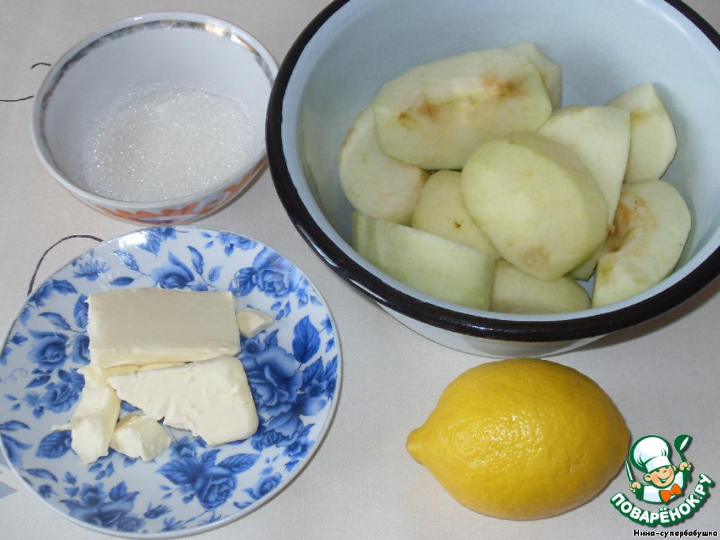 Подготовить продукты для начинки. Яблоки нарезать на четвертинки и затем очистить от кожицы и семенной коробочки. Натереть на крупной терке.