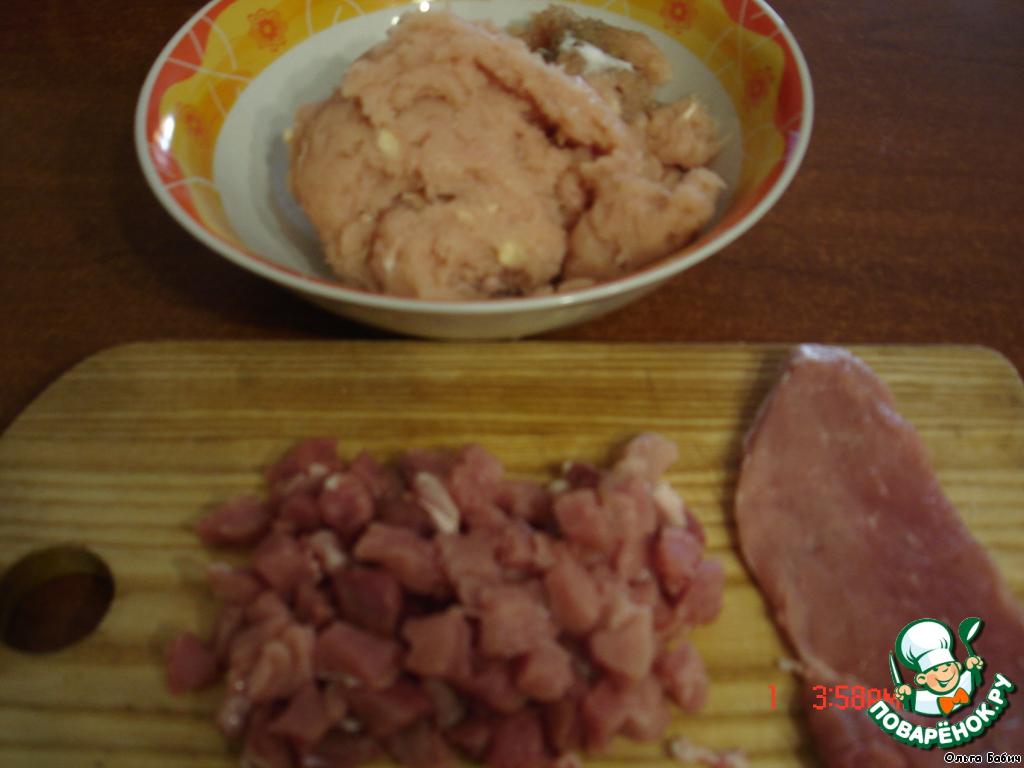 Куриную грудку перемолоть вместе с чесноком в блендере.   Добавить специи.    Мякоть свинины нарезать кубиками.