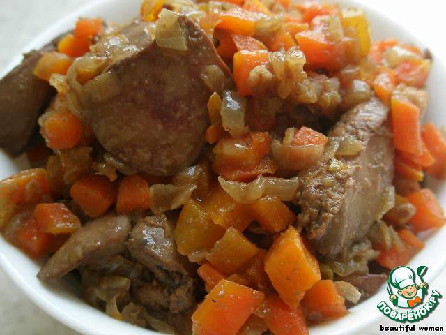 Для начала нарежем лук и морковь мелкими кубиками и обжарим на сливочном масле с добавлением 1 ст. ложки растительного масла до легкого золотистого цвета, добавим куриную печень, нарезанную крупными кусочками, и обжарим всё вместе 5 минут, постоянно помешивая.   Посолим и поперчим по вкусу, добавим 1 ч. л. сахара.