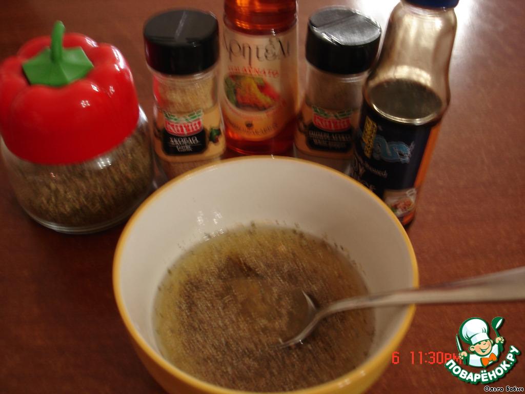 Приготовим соус: смешать масло, соевый соус, соль, сахар, перец, уксус, травки индийские.