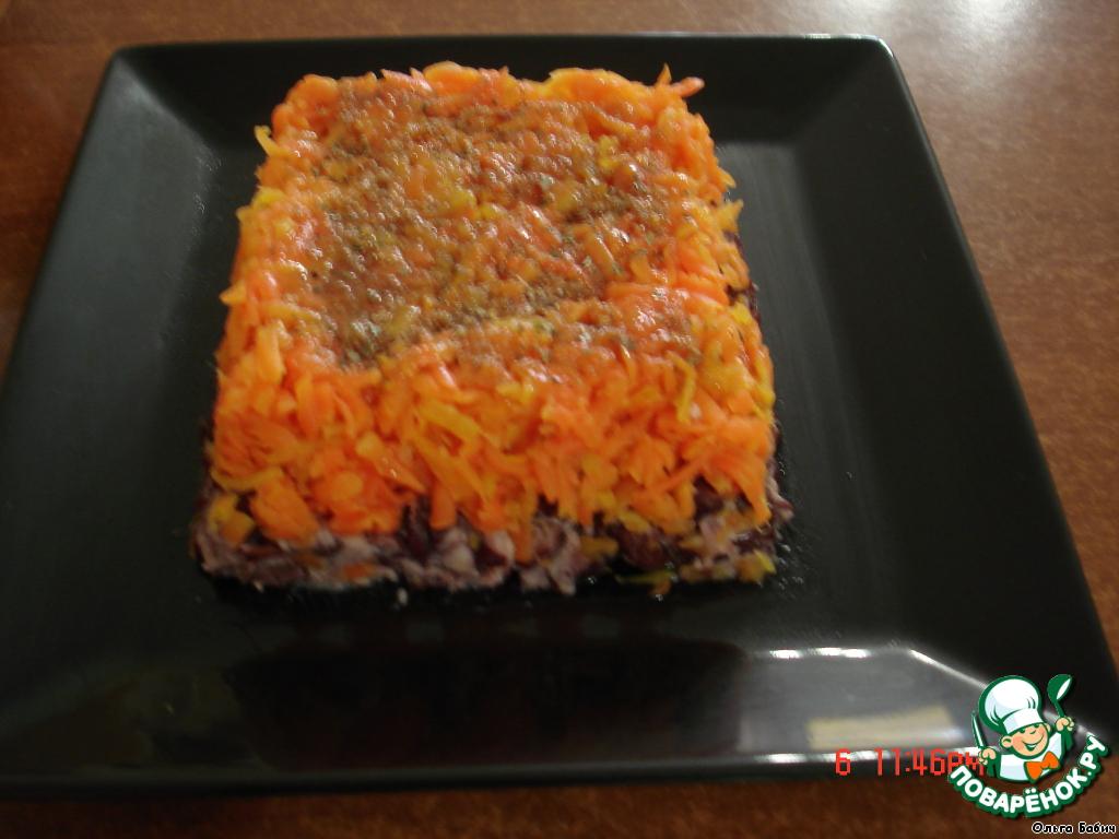 Морковь натираем на терке.   Укладываем сверху фасоли.    Поливаем соусом.