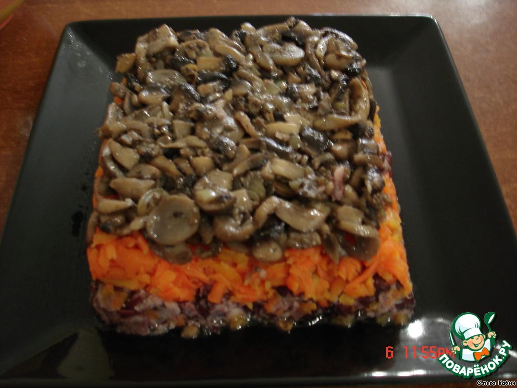 Заранее почистить грибы, нарезать кубиками.   Пожарить с луком на растительном масле.    Добавить перец душистый, соль, сухой чеснок.    Остывшие грибы укладываем сверху моркови.    Соусом не поливаем!!!