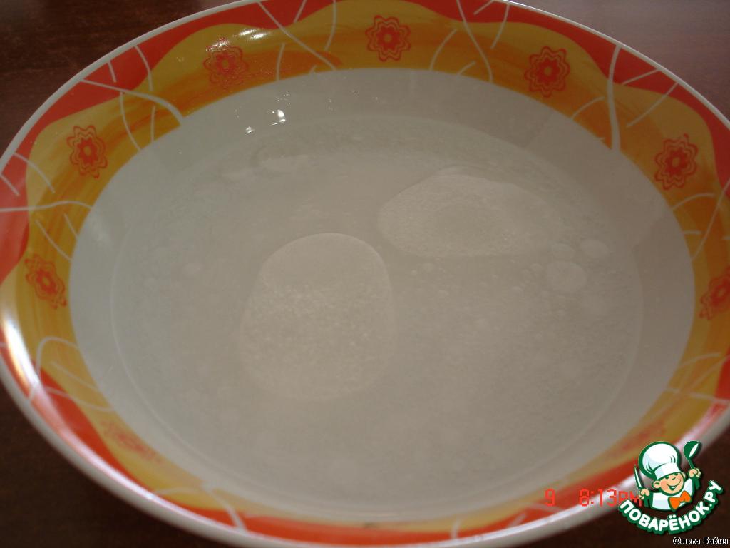 В минеральную воду добавить соль, сахар, масло.   Перемешать, добавить муку.
