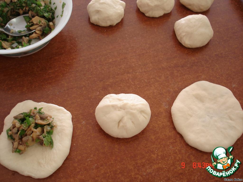 Замесили тесто (густое, не должно липнуть к рукам).   Разделили на одинаковые шарики.    Раскатать каждый шарик, укладываем начинку (любая по вашему вкусу, не обязательно постная!) У меня грибы с луком.    Соединили края, раскатали.