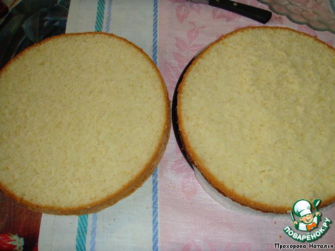 Готовый бисквит остудить и разрезать на 2 части.