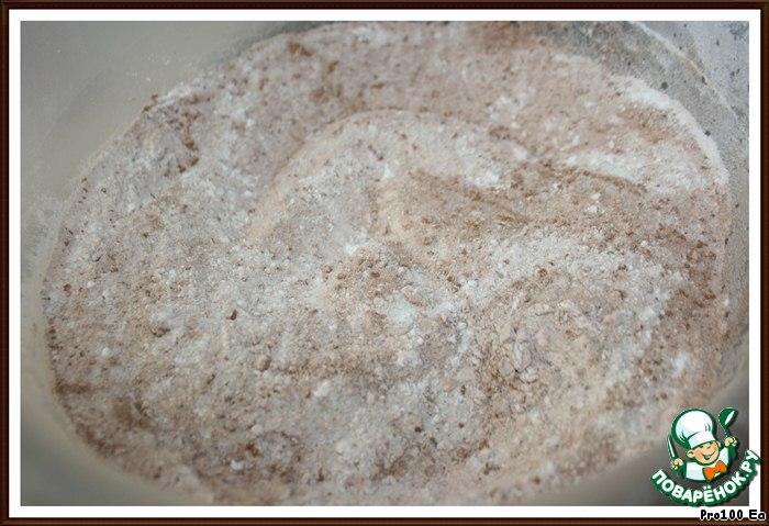 Для теста: соедините муку, 230г сахара, какао, соль и соду и перемешайте.