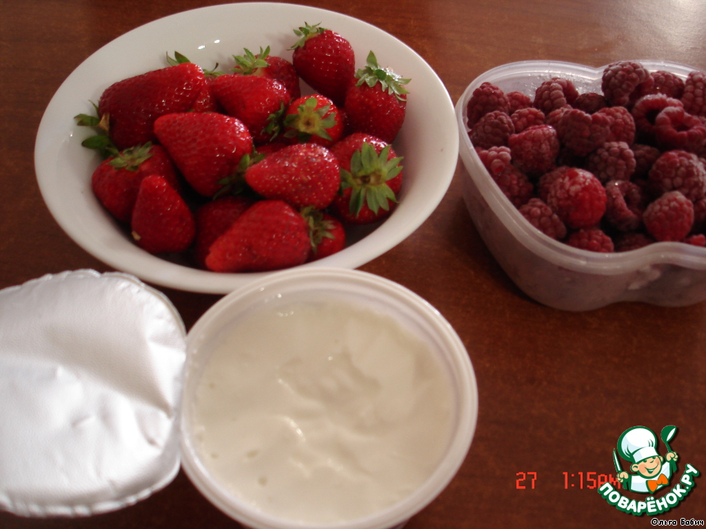 Пюрировать ягоды (я взяла малину и клубнику), добавить в йогурт.
