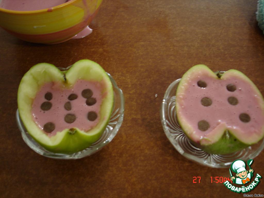 Заполняем половинки яблок муссом, добавляя шоколадную стружку.