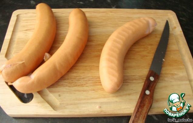 Колбаски.   Конечно, понятно, что здесь идет речь о колбасных изделиях хорошего качества, которые МОЖНО есть). :)    С колбасок (или сарделек) снять кожицу.