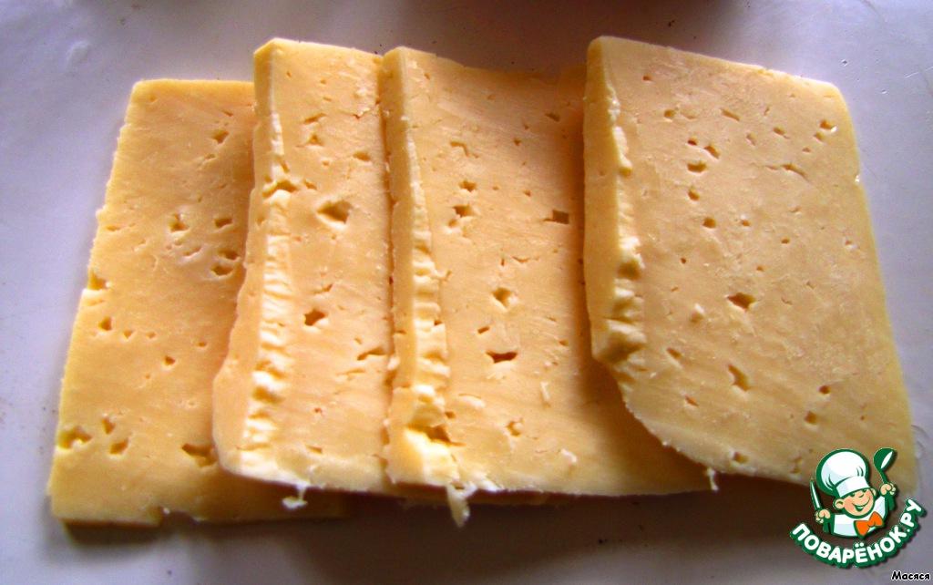 Отрезала четыре ломтика сыра. Чем тверже сыр, тем лучше - проще будет потом вынимать корзиночки из формочек.