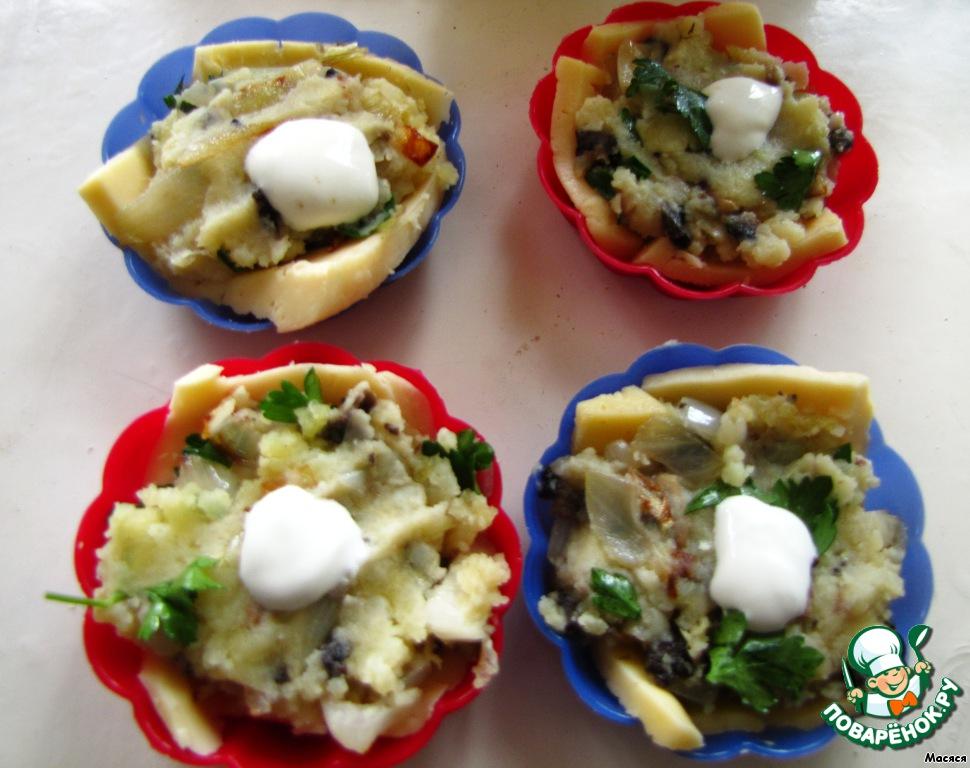 Смешиваем картошку с грибами и луком и кладем по несколько ложек начинки сверху на сыр.
