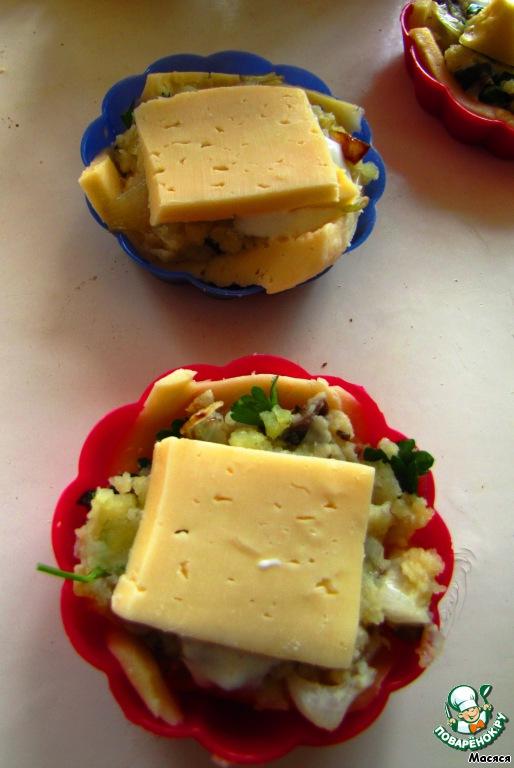 И укладываем еще по небольшому ломтику сыра наверх, можно использовать обрезки.