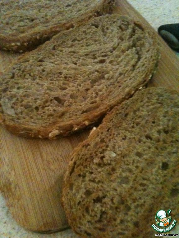 Делаются бутерброды с белым хлебом. Батон, помню, такой плотный был, сверху гармошкой, и при резке совсем не крошился. Я уже и запах белого хлеба забыла, не то, что вкус, так как делаю их теперь со ржаным хлебушком. Но сегодня решила сделать половину со ржаным для себя, и с белым, как делала тетя, для мужа. Нам нужно 6 ломтиков хлебушка. На картинке 3 ломтика ржаного хлебушка (я их еще решила слегка подсушить в тостере, но это не надо делать, мне просто захотелось; белый я не сушила).