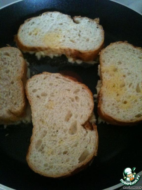 Так же поступаем со всеми бутербродами, и жарим на маленьком огне до румяной корочки 2 минуты.