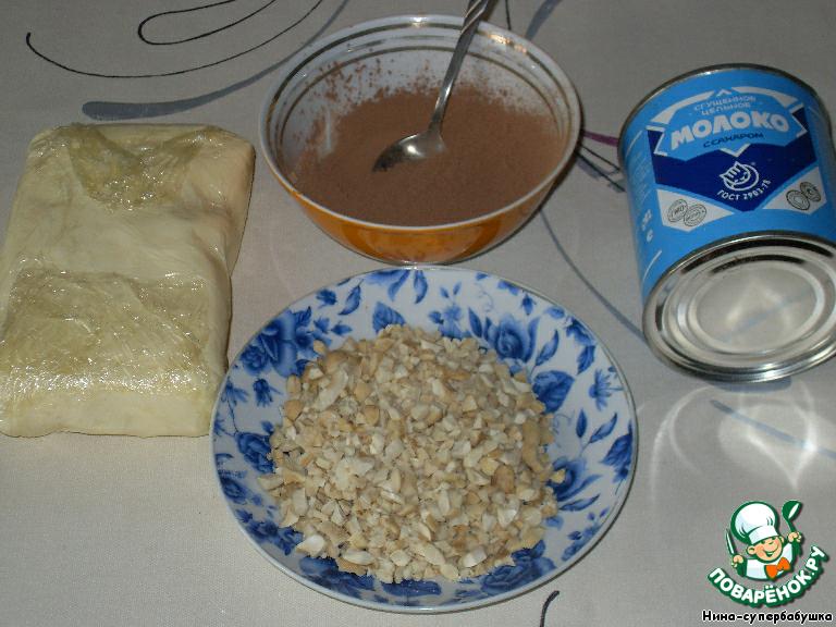 Приготовить продукты для крема. Масло должно быть полностью размягченное. Вторую половину орехов измельчить в крупную крошку.