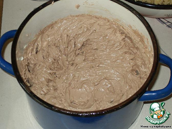 Взбить масло, по частям добавляя сгущенку. В конце всыпать просеянный какао-порошок. Все тщательно перемешать.