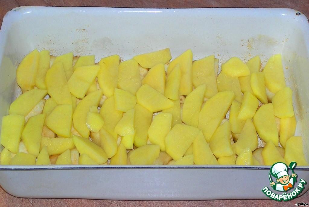 Баклажан и картофель почистить, нарезать на дольки. Форму смазать растительным маслом. Выложить баклажан и картофель ровным слоем, посолить.