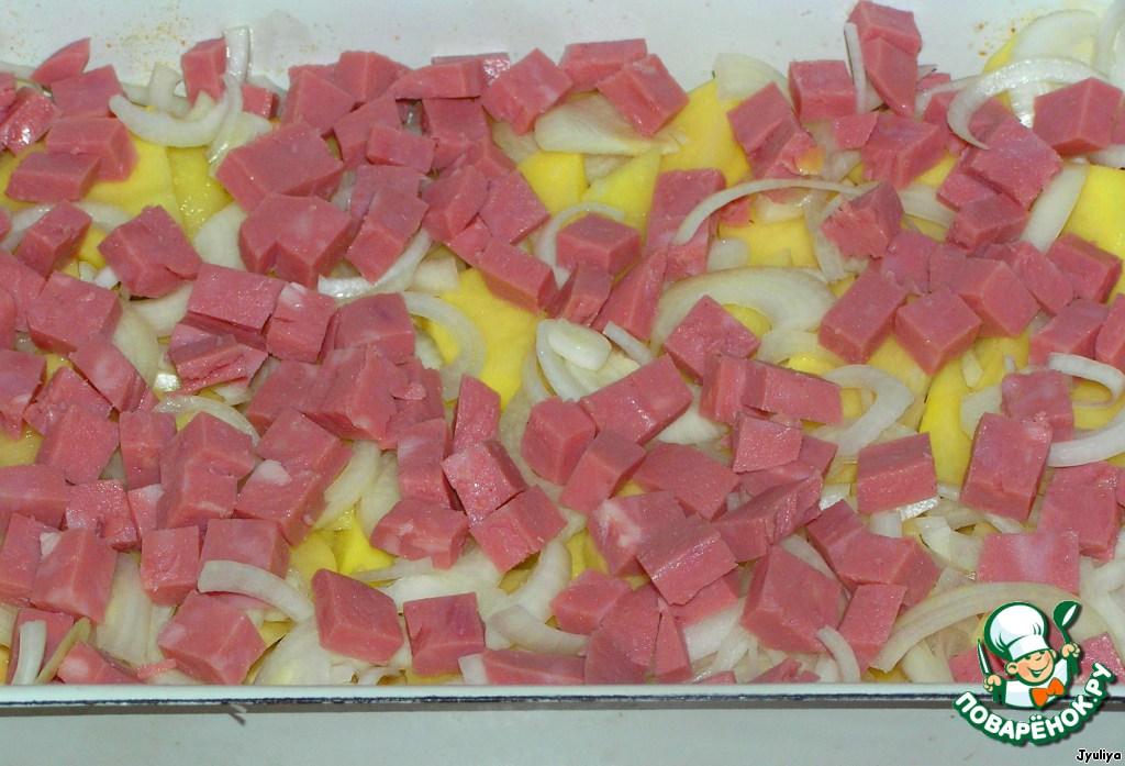 Сверху репчатый лук нарезать полукольцами, ветчину кубиками.
