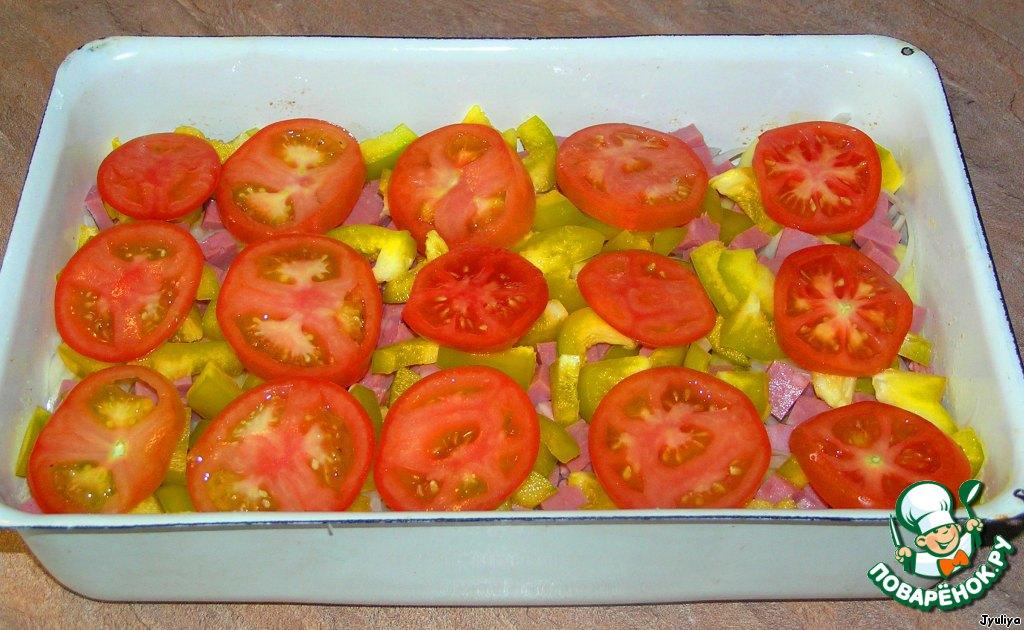 Болгарский перец нарезать соломкой, помидоры кружочками.