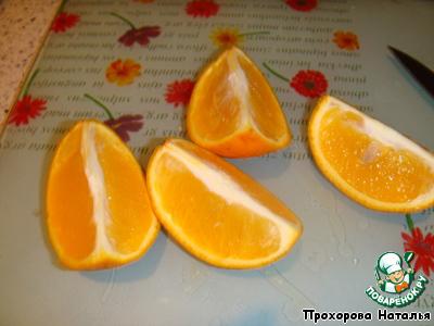 В это время подготовим начинку. Апельсин разрезать на кусочки и вытащить косточки.