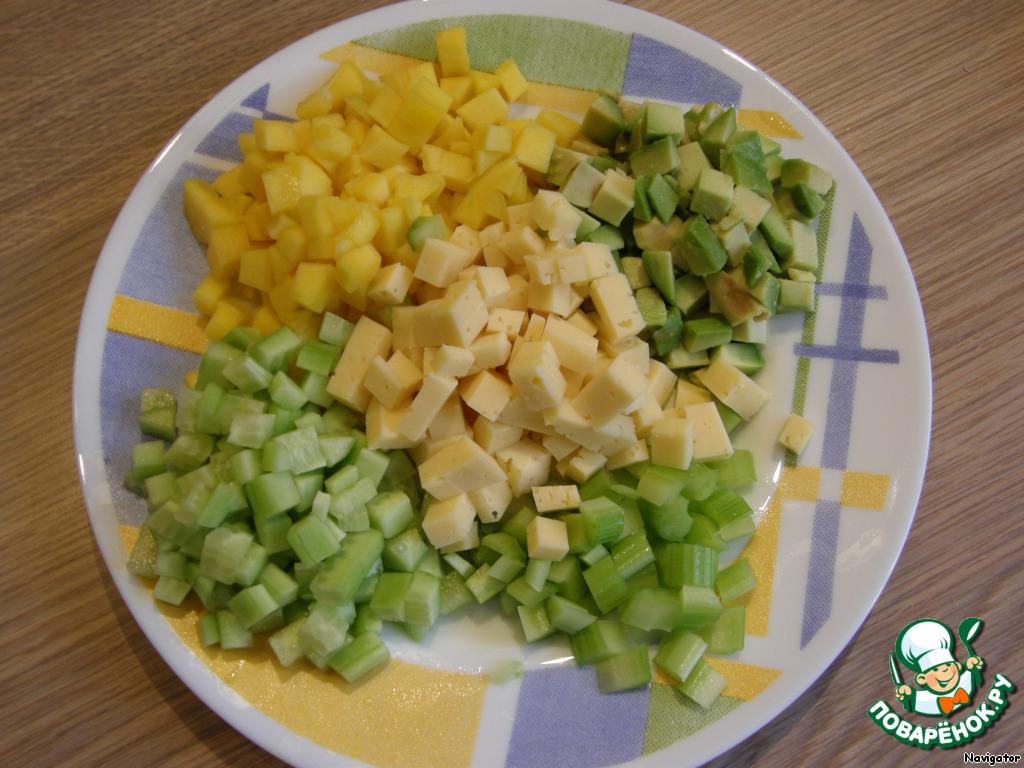 Авокадо, манго, огурцы, сыр, сельдерей и листья салата мелко нарезать кубиками.
