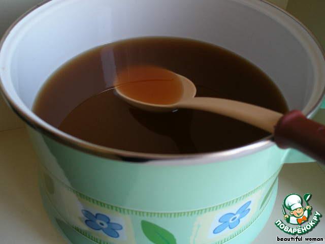 Выливаем остывшую воду и яблочный сок. Хорошенько перемешиваем   до растворения всех ингредиентов.