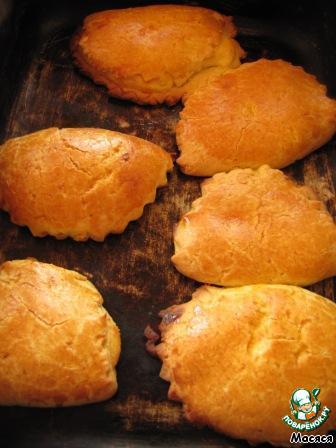 Сочники выкладываем на смазанный маслом противень или пекарскую бумагу, смазываем желтком. Отправляем в разогретую до 190 градусов духовку на 25-30 минут. Тут, на фото, они уже выпеченные.