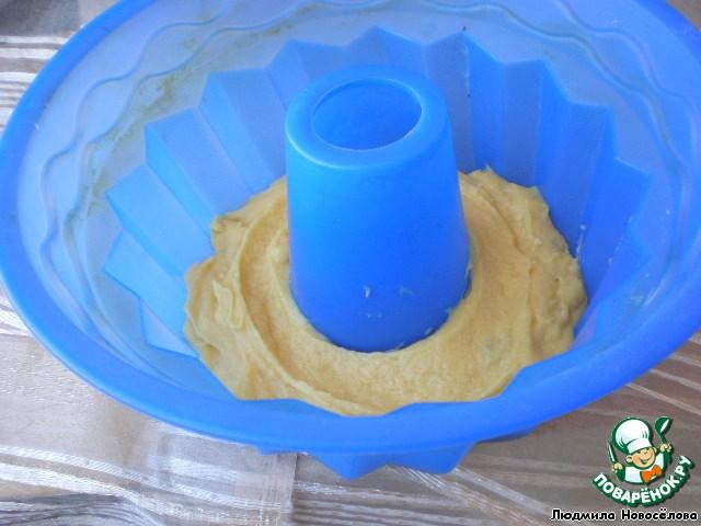 Выкладываем в форму первым слоем светлое тесто.     Если форма требует смазать её маслом и посыпать мукой, не забываем это сделать.